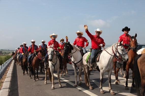 牛仔策马巡游