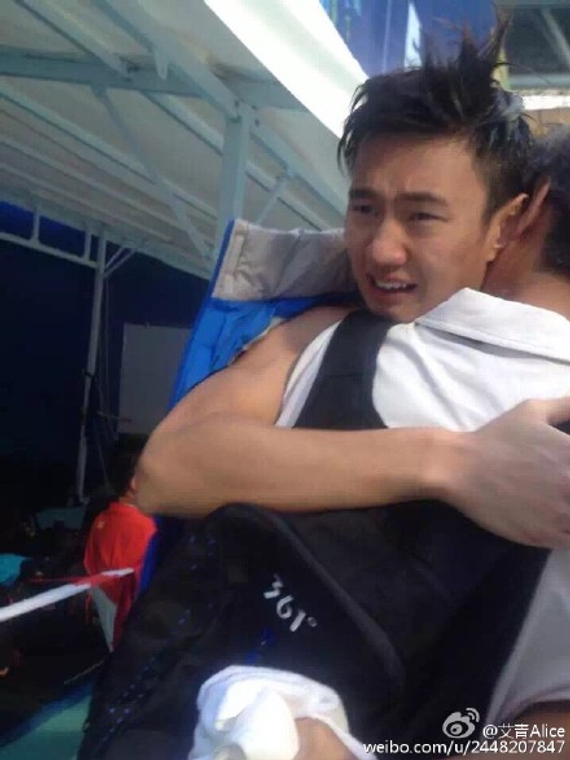 宁泽涛与父亲相拥而泣