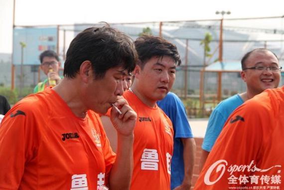 崔鹏(右)在比赛现场