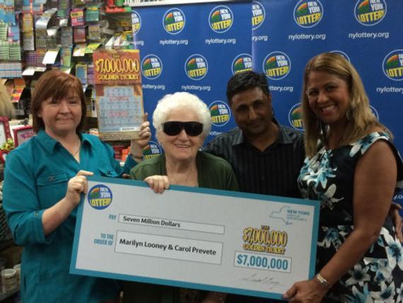 82岁的老太太玛里琳(左二)中得头奖
