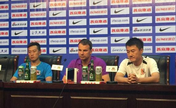 斯塔诺携球员崔仲凯出席赛前新闻发布会
