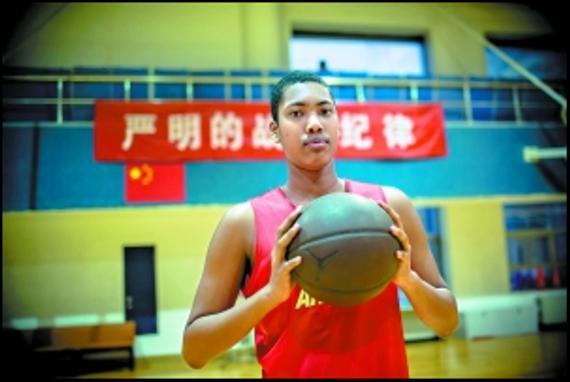 受NBA�x秀�W站�P注的北京男�@三�球�T丘天
