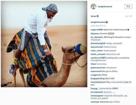 霍华德本人晒出的骑骆驼相片