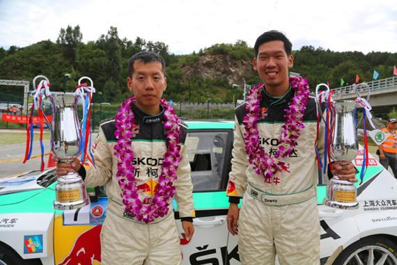 北京怀柔站,夺得国家车手冠军的林德伟(左)与领航乐柯鹏