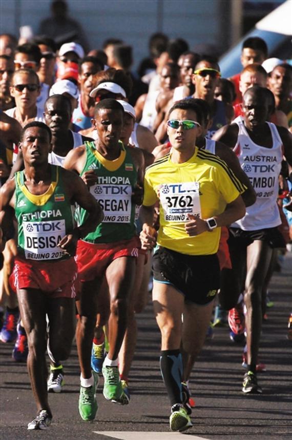 动身3千米,李伟(3762号)就冲到业余选手后面。