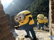《小黄人》登长城赏美景 长城上捡香蕉