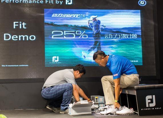 工作人员为中国高尔夫球手魏巍测量足部示范