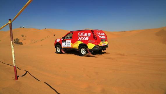 郑州日产东风风度mx6车队赛车在比赛中高清图片