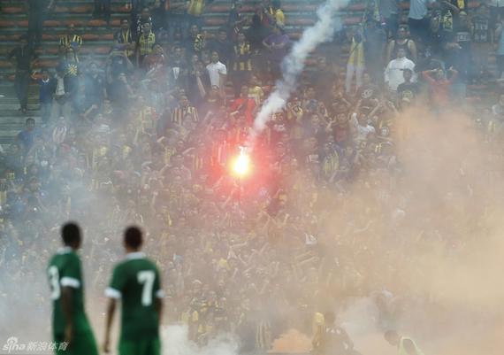 马来西亚球迷向场内投掷烟火