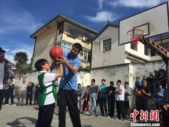 王治郅给孩儿们上篮球课