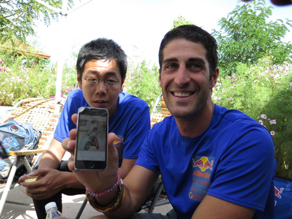 赫尔南德兹向记者展示他儿时参赛的照片(周萌/摄)