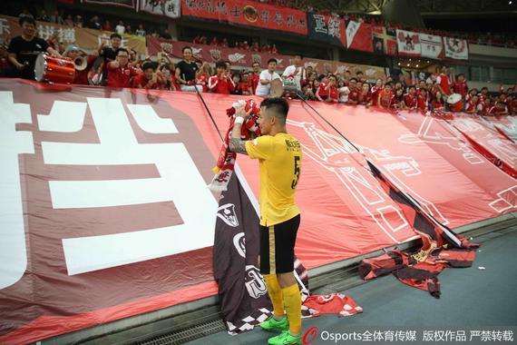 张琳芃赛后报答上海上港球迷