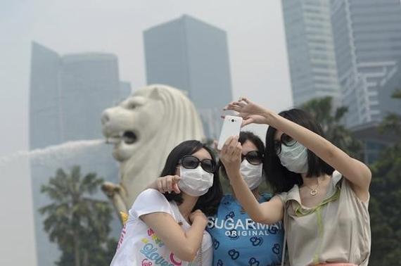 旅客戴口罩合影