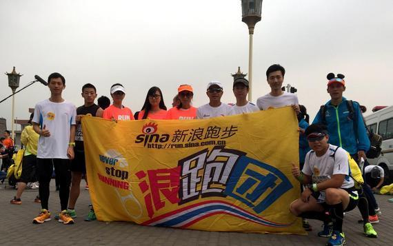 新浪跑步组团参赛持续传统,万人同跑大玩COSPLAY。