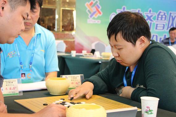 祈观(右)夺得五子棋男子个人金牌