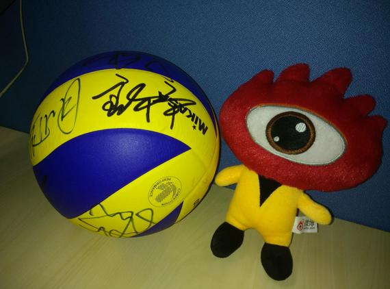 中国女排队员教练签名的排球