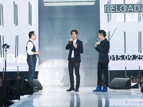 詹俊(左)与鹿晗(中)在发布会现场
