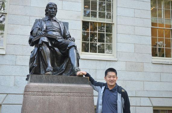 常昊在哈佛三谎雕像前留影