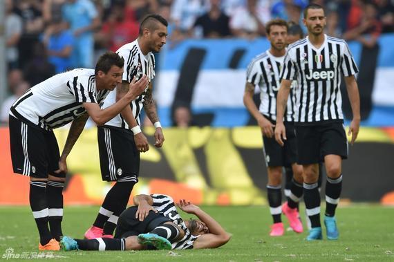 赫迪拉在赛季前热身赛中受伤