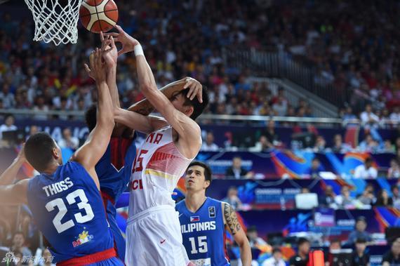 竞赛中菲律宾球员对周琦的暴力犯规