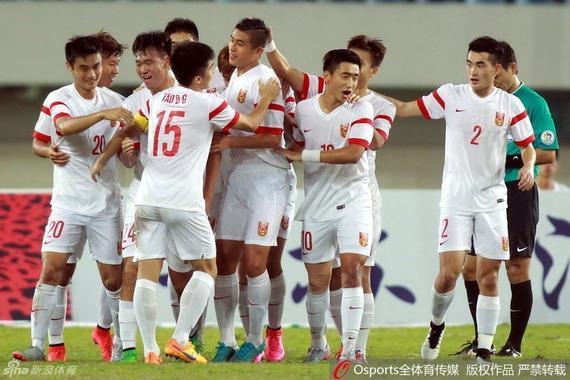 国青球员庆祝进球