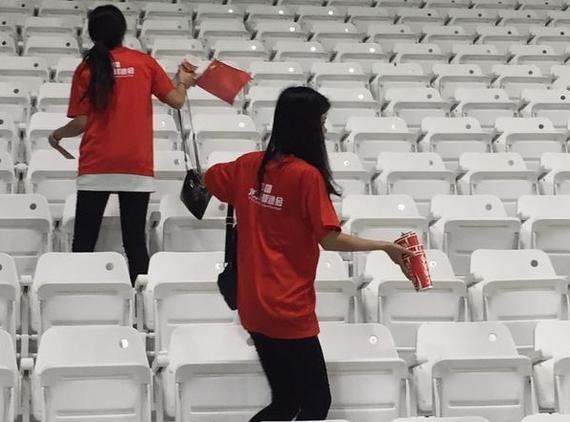 国家球迷赛后盲目清算看台渣滓