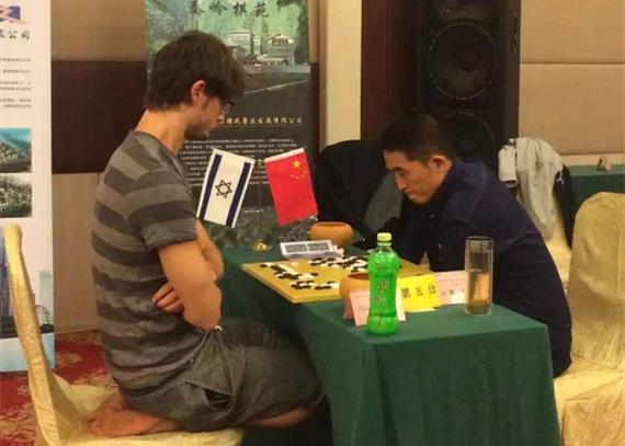 外国棋手跪着下棋