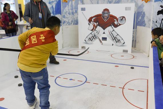 体会打冰球的孩儿。