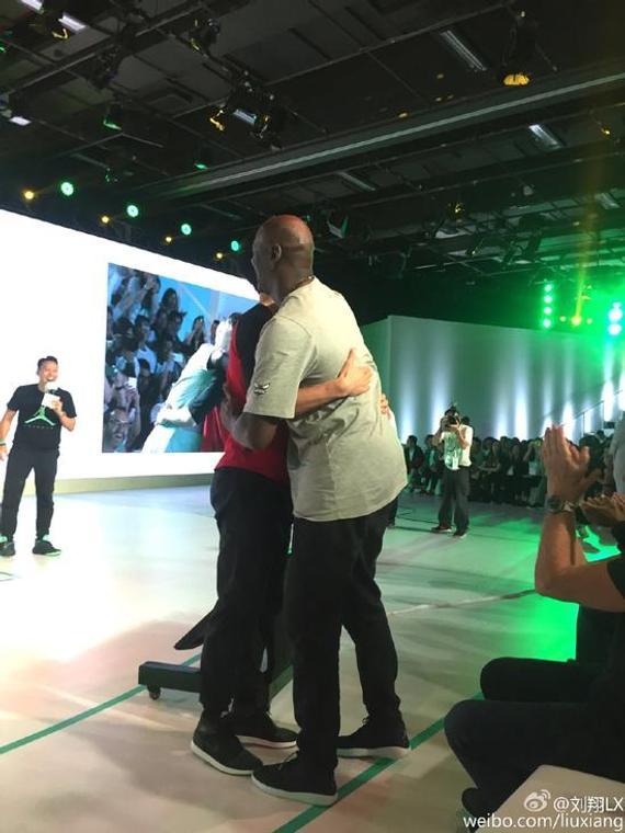 刘翔和乔丹拥抱