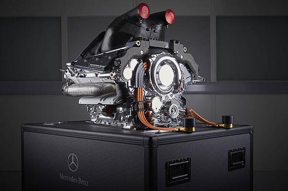 新浪体育讯  10月14日,F1管理机构国际汽联(FIA)公布了2016年F1运动规则,关于引擎部分做出重大改变,规定客户引擎必须与原厂引擎保持同款。   引擎规则的修改,很有可能源自红牛车队目前遇到的困境,这支曾经的四冠车队由于在2016年无法获得一台有竞争力的引擎,面临退出F1的威胁。法拉利和梅赛德斯都拒绝为红牛提供2016款引擎,而只愿提供2015款引擎。   在最新公布的2016年F1运动规则第23.