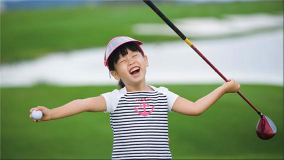 北京时间10月15日消息,高尔夫圈子里,一直流传着这么一句话:爱打高尔夫的孩子不会变坏。高尔夫对于青少年的魅力到底有多大?今天就让小编带你来看看,为什么如果只有一个选择,让你的孩子学习高尔夫吧!   高尔夫运动作为一项阳光时尚的运动,其优雅与挑战并存的内外兼修的气质,如今得到越来越多家长与孩子的青睐。高尔夫特有的礼仪与规则,对孩子内在修养起到积极作用。孩子在学习高尔夫的过程也是塑造优良品格的过程,特别是能优化以下三方面的品格。   第一,礼貌修养   高尔夫作为一项绅士运动,最主要体现在守时,守时是