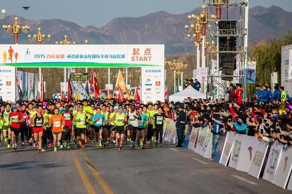 承德消暑山庄半程马拉松赛开跑,4300多名选手参赛。