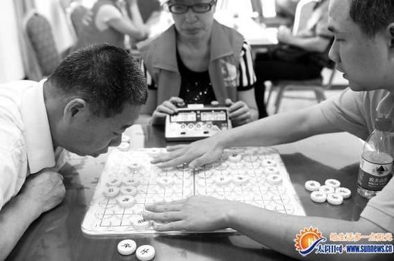 盲人棋手在象棋比赛上对弈。记者 陈理杰 摄