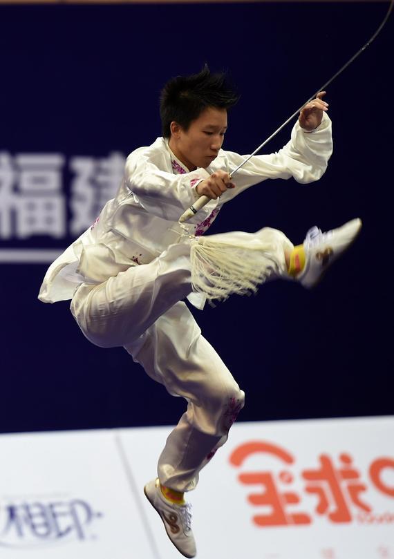 10月19日,澳门选手黄脍先在男子太极剑比赛中。新华社记者周华摄
