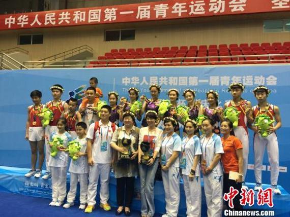 """福州男团、女团冠军颁奖后拍""""全家福""""。 张羽 摄"""