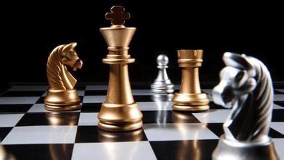 北京市国际象棋征文比赛   国际象棋的历史及发展   北京四中初中 钟昊翔   北京棋院选送   国际象棋历史悠久,最远可以追溯到2000年前。关于国际象棋的起源,有过许多不同的说法:有人说国际象棋起源于中国,还有人说起源于印度,也有的人说起源于锡兰、波斯、阿拉伯等国家不过,目前大多数研究国际象棋的学者认为国际象棋最早起源于现在的印度。   关于国际象棋的起源的故事有3个故事,其中最著名故事的就是关于古印度的一个故事了:   据说,有位印度教宗师见国王自负虚浮,决定给他一个教训。他向国王推荐了一种在