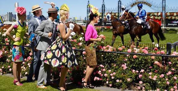 不少男女均盛装打扮到马场观赛