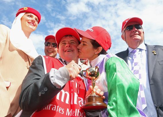 2015墨尔本杯夺冠骑手庆祝胜利