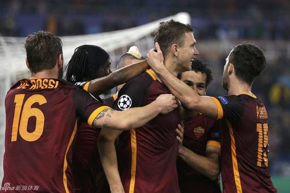 罗马球员庆祝进球