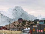 巨型冰山漂到格陵兰岛岸边 若
