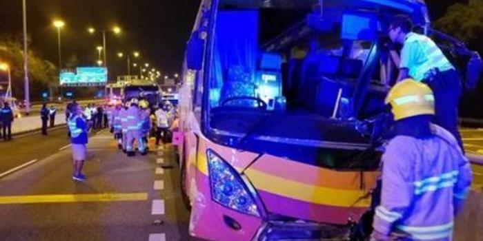 香港旅游大巴与出租车相撞 已致5死30多伤(图