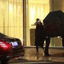 范冰冰逃稅被重罰8.84億後終於露面 一身黑獲保鏢撐傘護駕