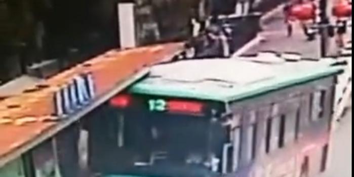 江苏一辆公交车撞上候车乘客 2人受伤司机被停职