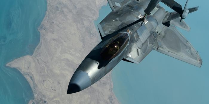 美军驻中东F-22战斗机现身 与电子战机并肩作战