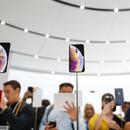 """苹果新款手机台湾开卖 舆论称电信业""""搭车回暖""""恐成空"""