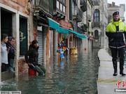 威尼斯游客水中尽情自拍 一男子坠入河道有惊无险