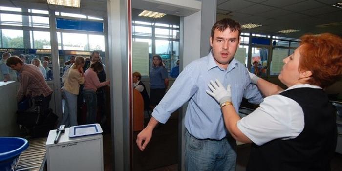 俄羅斯一名男子飛機上掏槍嚇壞空姐 致航班緊急降落