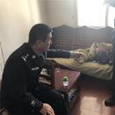 """網上逃犯被抓獲 警察輪流當""""奶爸""""照顧其孩子"""