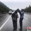快遞小哥翻車 交警舉衣遮雨照片被熱傳
