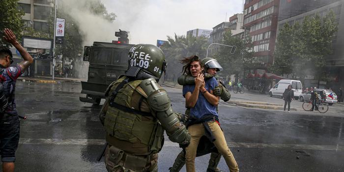 智利暴力抗议持续失控 11人死亡一万军人上街